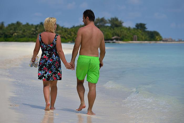 kozzi-3203156-happy young couple at summer vacation have fun and relax at bea-882x589